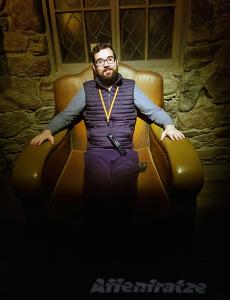 Dennis macht eine Pause in Hagrids Stuhl